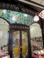 Tienda Viuda M. Garriga.pastelería y chocolatería .Año 1908. ocupa el espacio de la vieja fábrica de chocolate Can Garriga y que mantiene intacto el mismo espíritu de antaño gracias a sus elegantes vidrieras y mobiliario modernistas. Barcelona