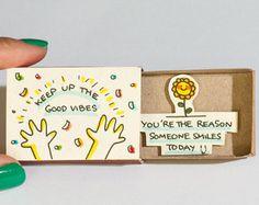 Deze aanbieding is voor één matchbox. Dit is een geweldig alternatief voor een traditionele wenskaart. Verras uw dierbaren met een schattig privébericht verborgen in deze mooi ingerichte luciferdoosjes! Elk item wordt met de hand gemaakt van een echte matchbox. De ontwerpen zijn hand getrokken, gedrukt op papier en vervolgens de hand geassembleerd zodat elke individuele matchbox die speciale persoonlijke touch. We hebben gevonden dat deze luciferdoosjes zijn de perfecte manier om op te…