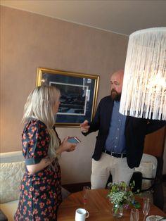 Kauppalehden Jani Niipola jututtaa Paola Suhosta Presidentti-hotellin uudistuksen lanseeraustilaisuudessa.