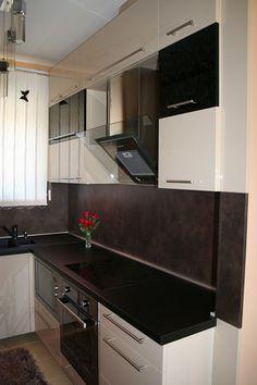 Modern konyhabútor fényes fekete és bézs