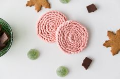 Makramee-palmikko. Ohje lasinalusiin. #makramee #macrame #palmikko #lasinalunen #coaster Knots, Crochet Earrings, Pink, Diy Crafts, Ideas, Recipes, Braid, Mountains, First Aid