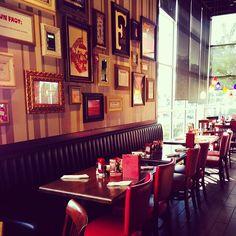 Inspiração Retro!!!! contemple#sonhe #crie #fiquebem#descanse#pensepositivo #inspirese #acredite#permitase#cuidebemdoseuamor#façaoquevocegosta#arquitetos#arquitetas#decorador#decoradora#designer#design#interiores#lounges#hoteis#cafes#pousadas#bistros#shoppings#malls#bares#restaurantes — em TGI Fridays.