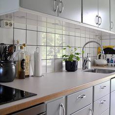 Fina funkisluckor i kulören NCS S2005-B50G. I vanlig ordning på IKEA:s Metodskåp. Klassiska handtag Stil555 med plastbricka. Bänkskiva i 30mm ljus virrvarr med framkant i ek. #funkis #retro #ikeametod #ikea #järfällakök #stil555 #virrvarr #perstorp #retrokök #funkiskök #köksrenovering #renoveringsdamm