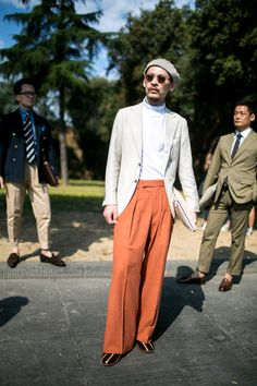 Pictures of the best street style looks as seen at Pitti Uomo 92 in Florence. 70s Fashion Men, Vintage Street Fashion, Fashion Books, Fashion Photo, Beatnik Style, Best Street Style, Masculine Style, Advanced Style, Men's Wardrobe