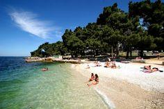 Hoe zien de stranden van Porec eruit, en welke voorzieningen vind je er? Lees het hier!