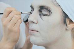 Maquillaje Para Zombie Paso A Paso.  ¿Buscas un disfraz para la fiesta de disfraces que verdaderamente llame mucho la atención? Un zombie como el que te presente en esta ocasión es la opción perfecta. Usando pinturas para rostro y sangre falsa podrás ... Ver más aquí: https://maquillajedefantasia.com/maquillaje-para-zombie-paso-a-paso/