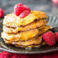 Mit Süßkartoffeln backen? Aber Hallo! Püree kochen, auskühlen lassen und zu fluffigen Low-Carb-Pancakes ausbacken. Besser als alle fetten Fritten!