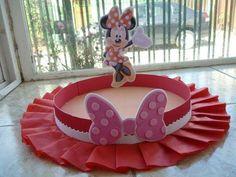 Aprende cómo hacer bandejas o centros de mesa de Minnie mouse Minnie Mouse Birthday Decorations, Minnie Mouse Decorations, Mickey Mouse Birthday, Baby Birthday, Paper Crafts For Kids, Diy And Crafts, Halloween Crafts, Holiday Crafts, Minie Mouse Party