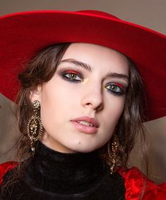 Dramatic Smoky Eyes at Alberta Ferretti A/W M·A·C PRO/ Power Blush in Taupe contoured under the cheekbone while Extra Dimension Skinfinish in Beaming Blush/ eye look, Paint Stick in Basic Red /PRO Longwear Fluidline in Blacktrack and Carbon Eyeshadow Eye Makeup, Hair Makeup, 2017 Makeup, Runway Makeup, Makeup Trends, Formal Makeup, Creative Makeup Looks, Quick Weave, Tinted Moisturizer