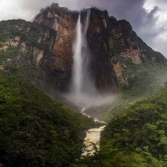 Buen día!  Este es el Salto Angel y Auyantepuy visto desde el mirador Laime.  Una de las bellezas naturales icónicas de Venezuela.  Así como el agua que cae del Salto Ángel es la voluntad de los venezolanos de construir un mejor país indetenible. Vamos Venezuela! : @antoniohitcher