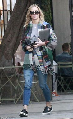Jennifer Lawrence wearing Holzweiler Tableau Large Fringed Plaid Wool Scarf, Roger Vivier Sneaky Viv Zip Up Leather Sneakers and Dior Lady Dior Iphone 7 Case in Black Studded Lambskin Jannifer Lawrence, Lawrence Street, Jennifer Lawrence Style, Old Actress, Cool Sweaters, Looks Cool, Celebrity Style, Celebrity Casual Outfits, Casual Dresses