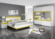 Schlafzimmer mit gelben Highlights