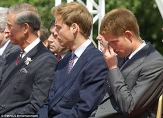 July 2004 ~ Prince Charles, Prince William and Prince Harry are in attendance at the Princess Diana Memorial Fountain in Hyde Park, London. Princess Diana Funeral, Princess Diana Family, Royal Princess, Prince William And Harry, Prince Harry And Meghan, Princesa Diana, Lady Diana, Princess Diana Memorial Fountain, Prinz Charles