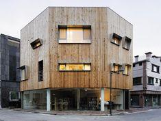 이재하씨가 성남시 백현동에 설계한 다가구주택. 2∼3층 외관을 목재로 마감했다. 창문에는 외부로 돌출된 알루미늄 처마를 달아 눈이나 비가 와도 창을 열 수 있도록 했다. /사진가 박완순