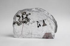L'artiste britannique Jenny Ayrton crée de minuscules moments de la vie quotidienne dans des blocs de verre fondu.