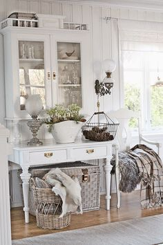 VIBEKE DESIGN beautiful arrangement of white cottage chic decor Shabby Chic Kitchen, Vintage Shabby Chic, Shabby Chic Decor, Bohemian Decor, Shabby Chic Interiors, Shabby Chic Homes, Rustic Farmhouse Decor, Country Decor, White Farmhouse