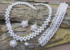 Komplet biżuterii artystycznej z perełek. Kolczyki i naszyjnik wykonane ręcznie