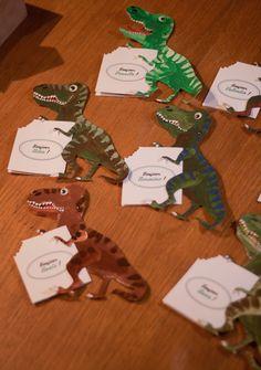 Cartes d'invitation en T-Rex pour l'anniversaire de ma fille, qui avait choisi les dinosaures comme thème.