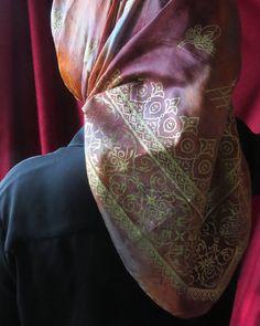 Ebruli renklerle boyanmış #frezzia ipek başörtü üzerine altın yaldız yapılmış  #ipek #elboyama #sal #esarp #hijab #ozeltasarim #frezzia #instafashion #ebru #lila #gri #mavi #azure #shawl #pembe #sallar #tesettur #ipeksal #frezziahijab #frezzia_hijab #basortusu #şifon #şal #şifoneşarp #multişifon #şifonipek #handpainted #handmade #hautecouture #fashion