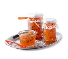 Rhabarber schmeckt nicht nur mit Erdbeeren, sondern auch mit einem exotischen Begleiter wunderbar als Konfitüre.