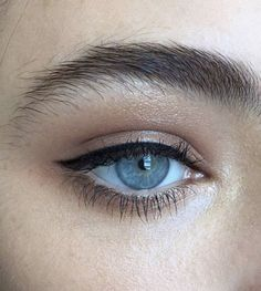 I love simple eyeliner looks like this. Winged eyeliner can be pretty on some pe. - I love simple eyeliner looks like this. Winged eyeliner can be pretty on some people, but you can n - Natural Eye Makeup, Natural Eyes, Blue Eye Makeup, Skin Makeup, Beauty Makeup, Hair Beauty, Natural Eyeliner, Thin Eyeliner, Kajal Eyeliner