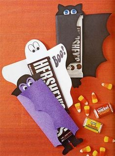 ¿Se te ocurre una forma más divertida y original para empaquetar en Halloween unas barras de chocolate para los niños? Tienes para elegir entre Murciélago, Drácula o Fantasmita…muy lindas las tres! Para hacer el murciélago, imprime la plantillaen cartulina negra y recorta.Para el Drácula imprimeen cartulina de color morado o verde y el de fantasma,imprime
