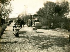 Estrada da Cantareira - ca. (1930) - Obras de pavimentação da antiga Estrada da Cantareira, atual Avenida Nova Cantareira, no bairro do Tremembé.
