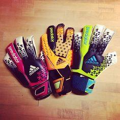 Estos guantes nuevos para el futbol que usan porteros cuando estan jugando.