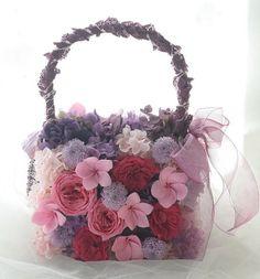 赤紫のブドウ色のドレスにあわせてお作りしたバッグブーケ。リバーシブルですが後ろの写真は撮りそびれました。。。こういう場合は、土台から全部手作りします。ちな...