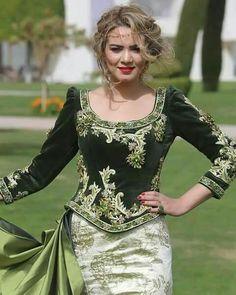 Karakou Arab Fashion, Muslim Fashion, Traditional Fashion, Traditional Dresses, Hijab Stile, Arabic Dress, Indian Designer Suits, Oriental Fashion, Dress Images