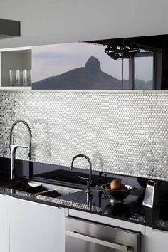 Detalhe da cozinha, com revestimento de pastilhas, na Amoedo, torneiras de design italiano importadas de Hong Kong e acabamento de vidro da Solution Aço e Vidro (Foto: Filippo Bamberghi)
