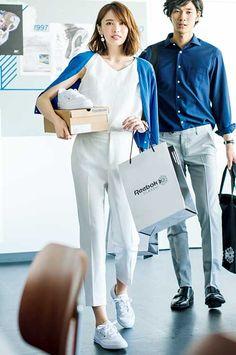 上下白にブルーのカーディガンを羽織ってアガる清涼感♡オフィスで動きやすいコーデ | andGIRL [アンドガール] Smart Casual Outfit, Style Casual, Casual Work Outfits, Casual Chic, Office Fashion, Business Fashion, Japan Fashion, Daily Fashion, Style Du Japon