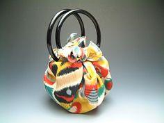 Furoshiki bags: how to made a bag with a scarf. Here a link to discover some tuto to made amazing Japanese bags. http://raffa.grandmenage.info/post/2007/02/09/Sacs_furoshiki