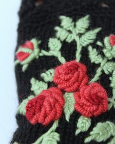 Knitted Fingerless Gloves Roses Black от nbGlovesAndMittens