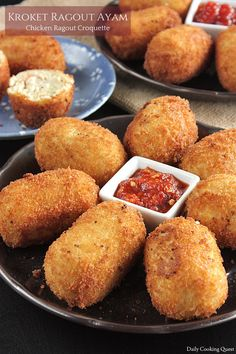 Indonesia inherit croquette from its Dutch colonial past. There are a lot of croquette varieties, but basic Indonesian croquette has savory filling wrapped in… Savory Snacks, Snack Recipes, Cooking Recipes, Deep Fryer Recipes, Appetizer Dishes, Appetizers, Malay Food, Indonesian Cuisine, Indonesian Recipes