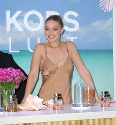 July Gigi Hadid attends the launch of Michael Kors Wonderlust Fragrance at Rockefeller Center in NYC🧡🧡🧡 Gigi Hadid Looks, Broadway Nyc, Img Models, Vogue Magazine, Celebrity Look, Bella Hadid, Pretty Face, Fashion Beauty, Michael Kors