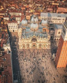 Sunset in Piazza San Marco . The shadow of the people creates the sunset vibes to the image. Most Beautiful Cities, Wonderful Places, Places To Travel, Places To Go, Venice Travel, Italy Travel Tips, Wonderful Picture, Italy Vacation, Kirchen
