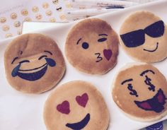 pancake art food colouring pens + pancakes emoji f - pancake How To Make Pancakes, Pancakes Easy, Breakfast Pancakes, Best Breakfast, Making Pancakes, Food Art For Kids, Crafts For Kids, Pancake Art, Pancake Ideas