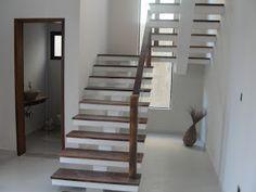 Escada de madeira recuperada de demolição e balaustrada simples em madeira e aço