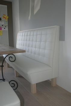 wandbankje in wit leder op pootjes Built In Seating, Built In Bench, Dining Room Table, Dining Bench, Banquette D Angle, Waiting Area, Kitchen Design, New Homes, House Design