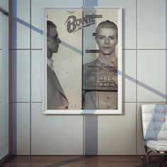 Poster PluggingBowieem papel de alta qualidade com impressão laser, suasdimensões são de 57centímetrosde largura e 80centímetrosde altura, o pôster é inspirado nocantor David Bowie.