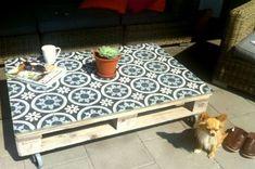 Marockanskt kakel p? pallbord, Maria Elneskog via ROOM and serve 1 Table Palette, Palette Diy, Wood Palette Ideas, Pallets Garden, Wood Pallets, 1001 Pallets, Pallet Projects, Diy Projects, Pallet Ideas