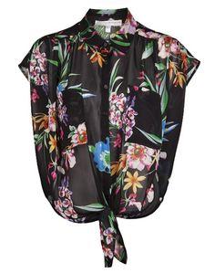 Este verão traz de volta a moda das camisas com nó, vistas em ícones como Marilyn Monroe ou Elizabeth Taylor nos anos 60 e 70.