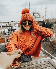 * 10 colorful jumpers to beat the winter blues (colorful jumpers) - Outfit.GQ * 10 colorful jumpers to beat the winter blues (colorful jumpers) Record of Knitting. Fall Winter Outfits, Autumn Winter Fashion, Winter Hats, Winter Dresses, Winter Clothes, Winter Wear, Fall Fashion, Color Fashion, Autumn Cozy Outfit