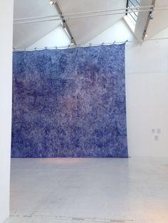 40 anni d'arte contemporanea - Triennale di Milano - JAN FABRE enorme tela di seta dipinta con migliaia di penne a sfera invenzione dell'Italia (Boetti) e delle Fiandre (Jan Fabre).