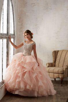 Asymetryczne falbany i błyszczący gorset sukni balowej VIZCAYA Romantyczne, opadające ramiączka z koralików. Dekolt typu łódka idealny dla Pań o … Mori Lee, Ball Gowns, Ootd, Formal Dresses, Fashion, Catalog, Ballroom Gowns, Dresses For Formal, Moda