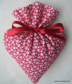 Jana& Lavender Hearts - Sewing for Valentine& Day Valentine Day Crafts, Valentine Decorations, Christmas Crafts, Lavender Bags, Lavender Sachets, Lavender Flowers, Sewing Crafts, Sewing Projects, Homemade Art
