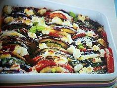 La meilleure recette de Tian au chèvre (WEIGHT WATCHERS)! L'essayer, c'est l'adopter! 4.5/5 (4 votes), 9 Commentaires. Ingrédients: 2 courgettes, 1 aubergine, 2 tomates, 1 oignon, 4 cuillères à soupe d'huile d'olive, 5 brins de thym, 120g de chèvre frais allégé, 2 cuillères à soupe de parmesan râpé, 2 brins de basilic, sel et poivre.