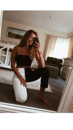 How to wear fall fashion outfits with casual style trends Black And White Jeans, Black And White Style, White Boots, Black Tube Tops, Look Fashion, Womens Fashion, Fashion Black, Fashion Clothes, Fashion Boots