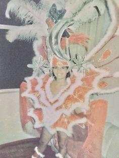 Foto do Primeiro de muitos Carnavais na Sapucai. Minha estreia na avenida foi no Salgueiro em 1991. Seguida de muitos desfiles em diversas escolas, no chão e no carro alegórico, na arquibancada popular e no camarote. Uma das maiores Saudades que tenho do Brasil. ❤ Feliz Carnaval! Aproveitem por mim. 🎊🎉🇧🇷
